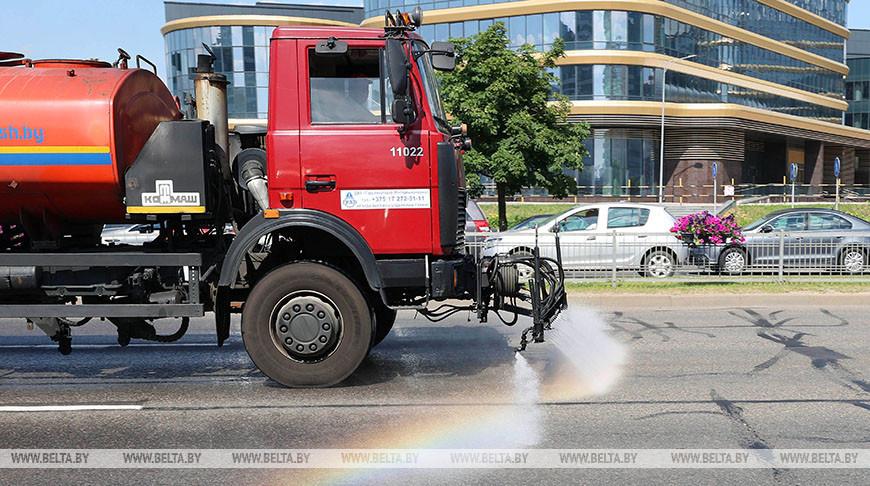 Поливочные машины охлаждают дороги Минска