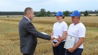 Первый экипаж-двухтысячник определился на жатве в Брестской области