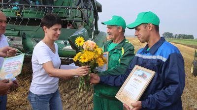 Первый семейный экипаж-тысячник определился на жатве в Гродненской области