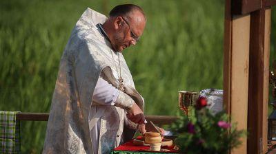 Обряд крещения прошел на берегу Немана в Свято-Елисеевском Лавришевском мужском монастыре