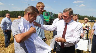 Рогачук наградил семейный экипаж комбайнеров из Малоритского района