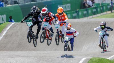 Соревнования по велосипедному мотокроссу BMX Racing проходят на Олимпиаде в Токио