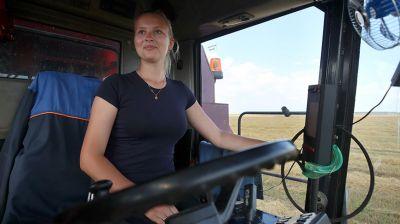 Журналистка Елена Худик помогает отцу на уборке урожая