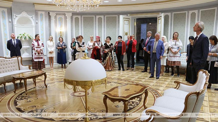 """Для участников выставки """"Пояс адзiнства"""" провели экскурсию по Дворцу Независимости"""