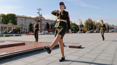 На площади Победы учащиеся несут Вахту Памяти