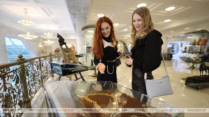"""Участницы конкурса """"Мисс Беларусь"""" побывали на экскурсии во Дворце Независимости"""