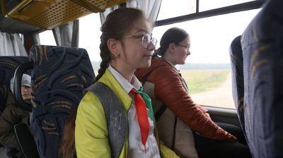 Школьные автобусы подвозят детей из отдаленных районов к месту учебы