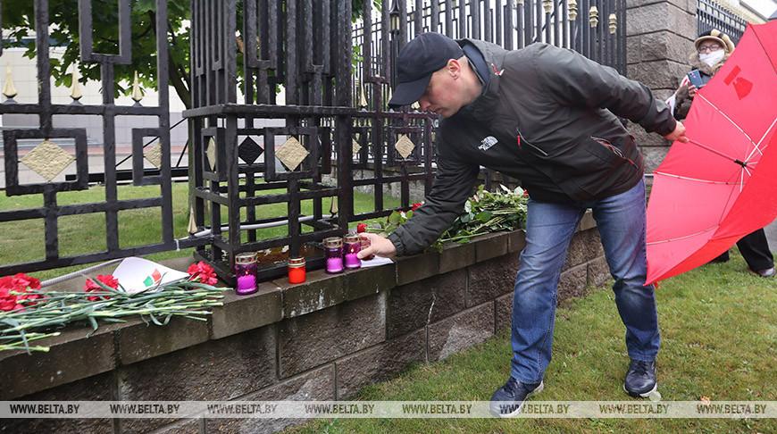 Минчане несут цветы к посольству России в связи трагедии в Перми
