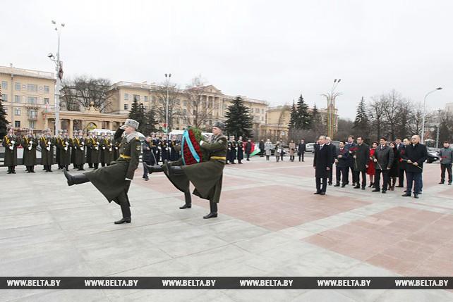 Парламентская делегация Казахстана возложила венок к монументу Победы в Минске