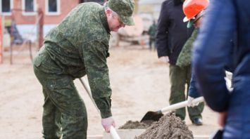 Семен Шапиро во время республиканского субботника трудился на строительстве нового детсада в Столбцах