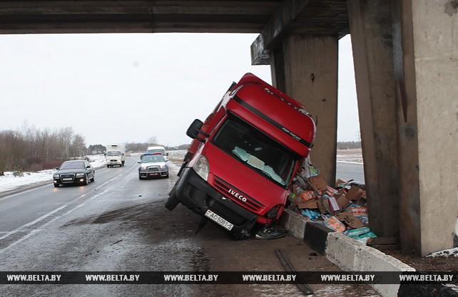 На трассе Минск-Гомель грузовик врезался в опору путепровода