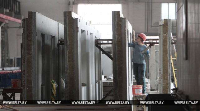 На Хойникском заводе железобетонных изделий установили новую стендовую линию по производству стеновых панелей