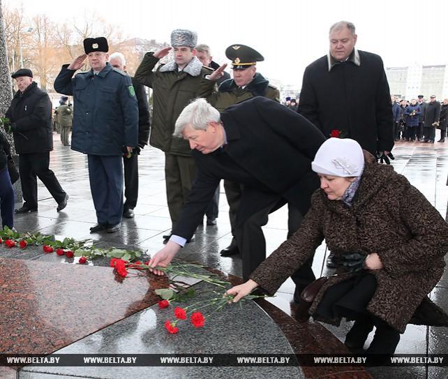 В Витебске в честь Дня защитников Отечества прошла церемония возложения цветов и венков