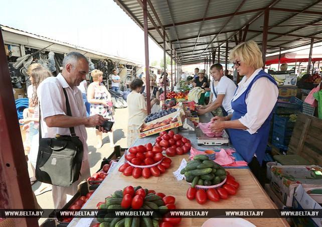 Активная торговля идет на Червенском рынке в Минске