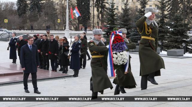 Вучич возложил венок к монументу Победы в Минске