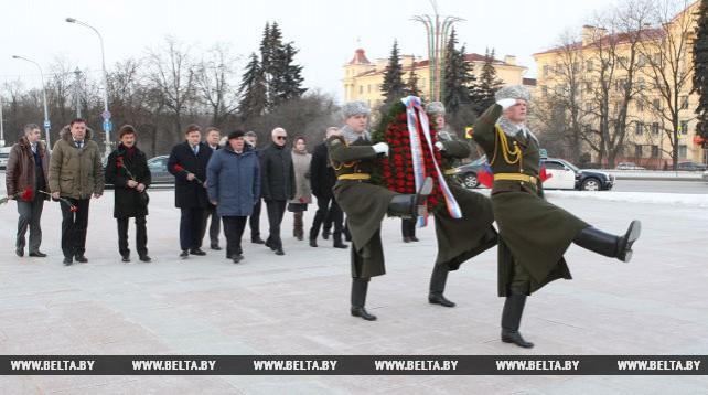 Губернатор Костромской области возложил венок к монументу Победы