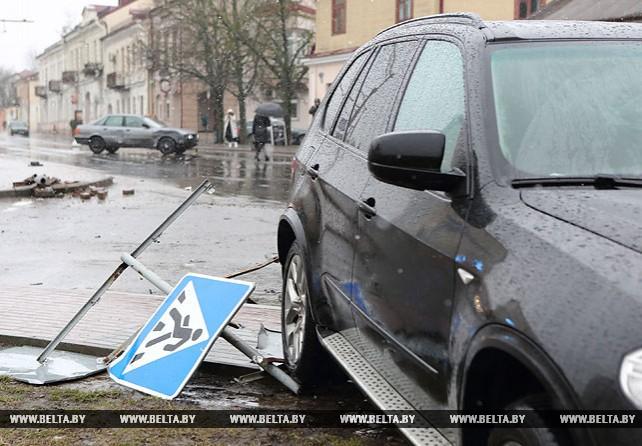 Автомобиль BMW сбил светофор и знак пешеходного перехода в Гродно