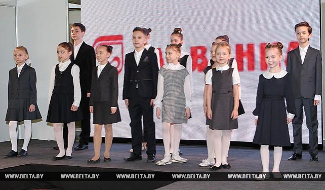 """На выставке """"Белтекслегпром. Весна 2017"""" состоялся показ коллекций одежды делового стиля для учащихся"""