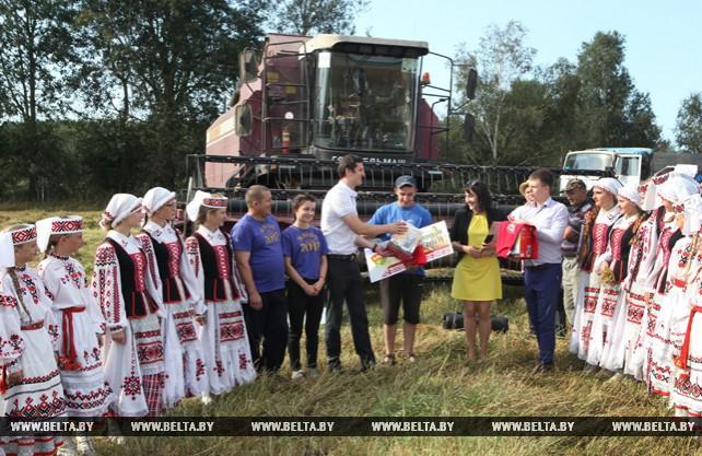 В Ельском районе чествовали семейный экипаж комбайнеров и молодого водителя