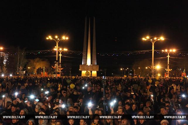 Жители Витебска хором спели песни Победы на центральной площади