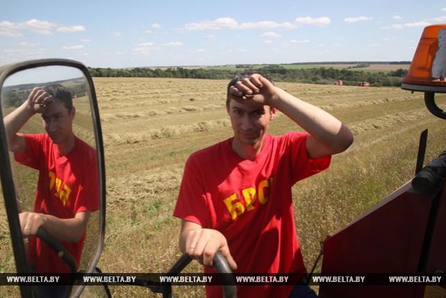 Молодежь Могилевской области убирает урожай
