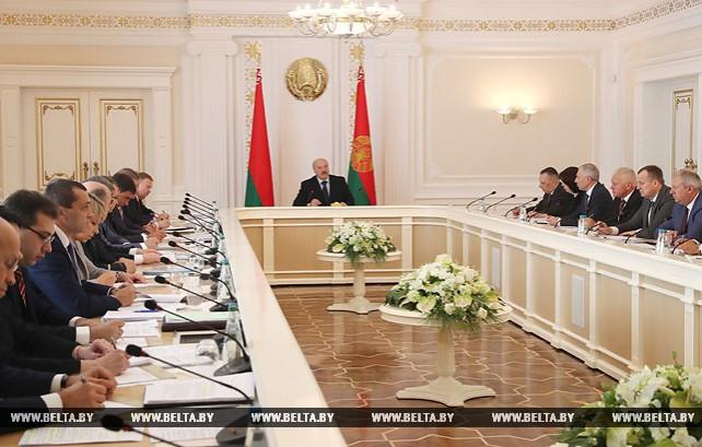 Лукашенко заслушал доклад по вопросам выполнения поручений о стимулировании деловой инициативы