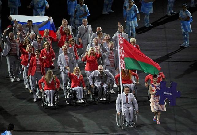 Белорусские атлеты пронесли флаг России в знак солидарности с российскими паралимпийцами - Шепель