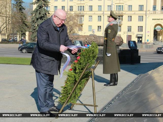 Губернатор Нижегородской области возложил венок к монументу Победы
