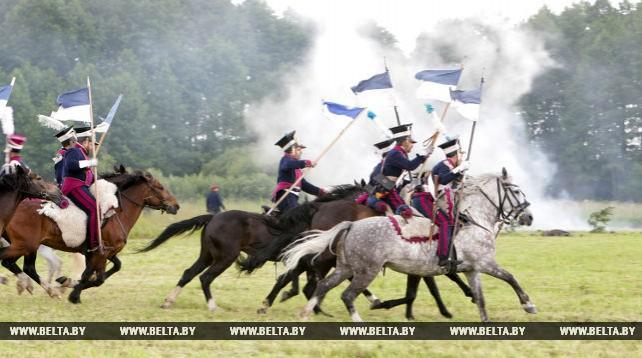 Реконструкцию кавалерийского боя 1812 года показали у Мирского замка