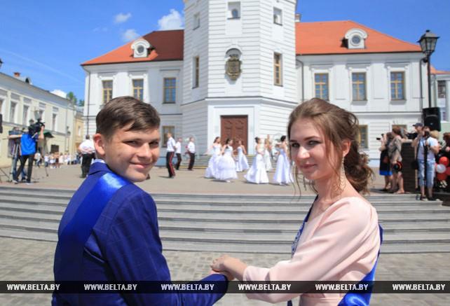 Могилевские выпускники станцевали вальс на главной площади города