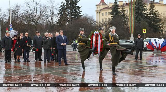Губернатор Ставропольского края возложил венок к монументу Победы в Минске