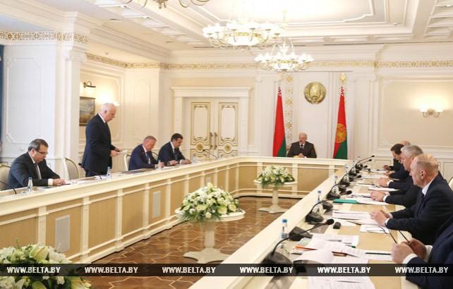 Лукашенко поручил привести в порядок местные дороги за три-четыре года