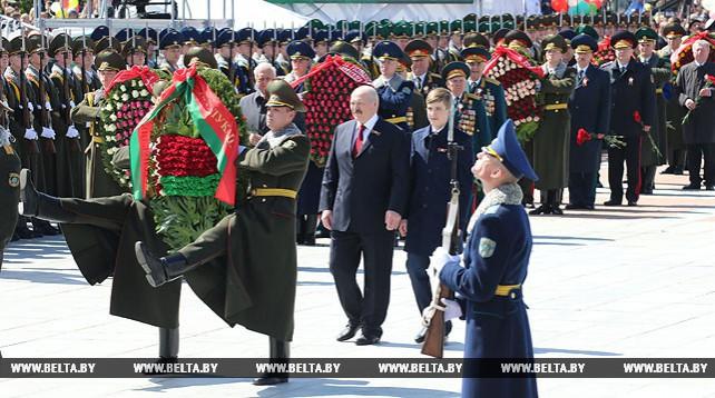 Лукашенко возложил венок к монументу Победы в Минске