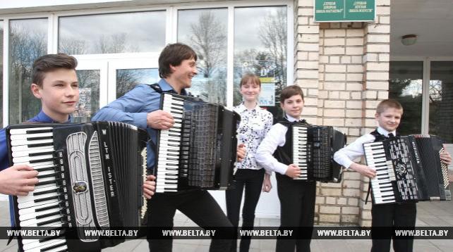 Золотой аккордеон Беларуси Игорь Квашевич провел мастер-класс в Слуцкой детской школе искусств