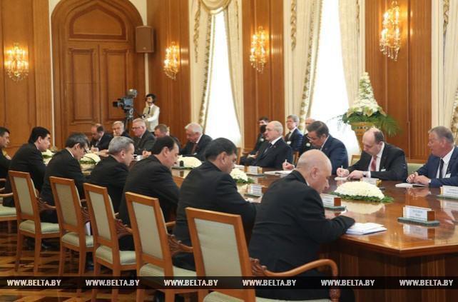 Лукашенко провел переговоры с Бердымухамедовым в расширенном формате