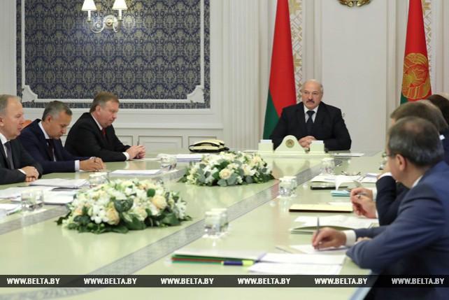 Лукашенко собрал на совещании экономический штаб страны