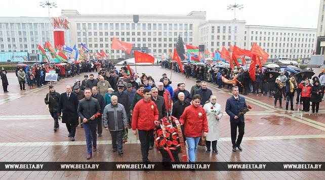 Возложение цветов к памятнику Ленину на площади Независимости в Минске