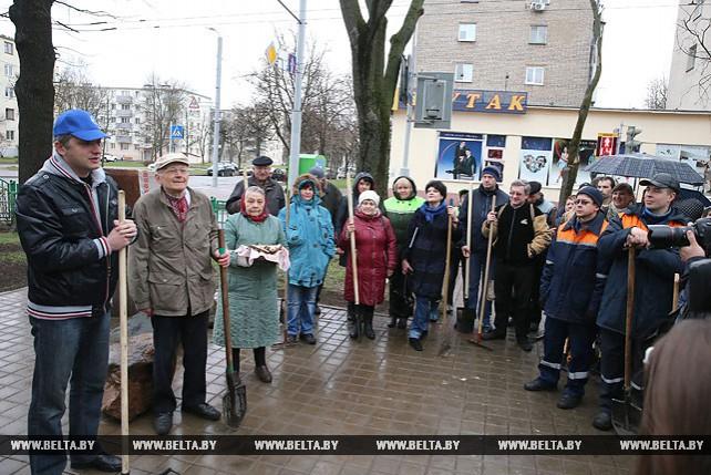 Субботник с участием украинской диаспоры прошел в Киевском сквере и на бульваре Шевченко