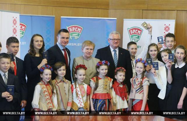Ермошина и Карпенко вручили паспорта юным гражданам Беларуси