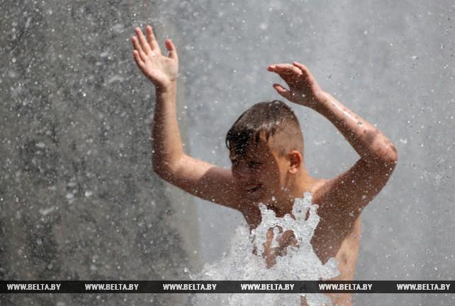 В выходные минчане спасались от жары в фонтанах Минска