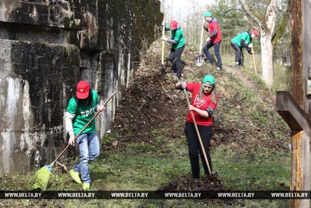 Молодежный десант нового трудового семестра навел порядок на одном из фортов Гродненской крепости
