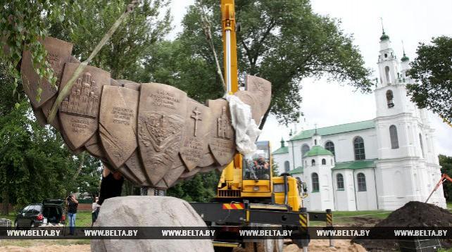 Памятный знак возле Софийского собора устанавливают в Полоцке
