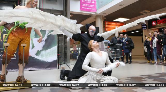Артисты Cirque du Soleil выступают на улицах и в торговых центрах Минска
