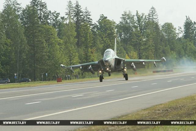 На трассу Минск-Могилев садятся военные самолеты