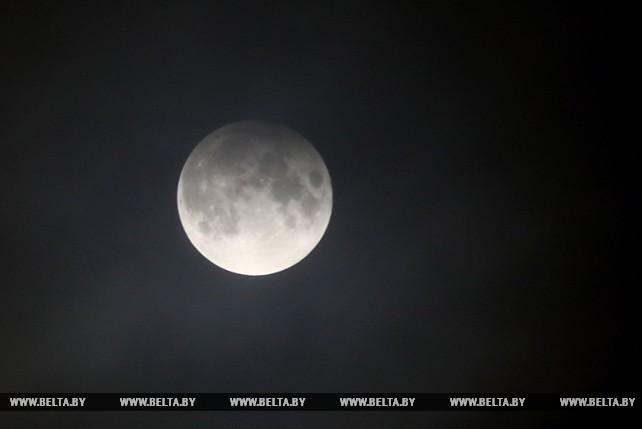 Жители Беларуси смогли наблюдать очередное полутеневое лунное затмение