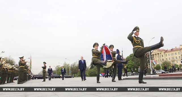 Президент Сербии возложил венок к монументу Победы в Минске