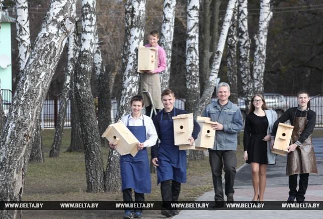 Наровлянские школьники встречают перелетных птиц