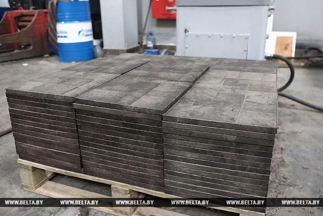 В Гродно начали производить тротуарную плитку из пакетов-маек