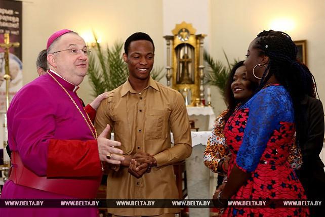 Апостольский нунций в Беларуси Габор Пинтер встретился с иностранными студентами из Африки
