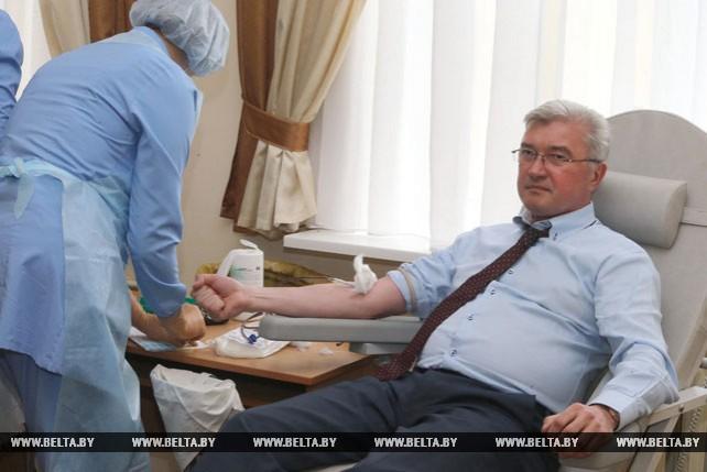 Щеткина и Малашко сдали кровь во Всемирный день донора
